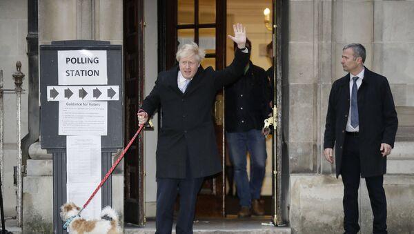 Britanski premijer i lider Konzervativne partije Boris Džonson nakon glasanja na izborima u Londonu - Sputnik Srbija