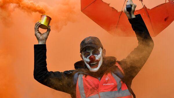 Демонстрант са маском Џокера и димном бомбом на протестима у Марсељу. - Sputnik Србија