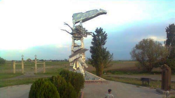 Споменик погинулим српским пилотима у Јерменији Сломљено крило на обали Камаха  - Sputnik Србија