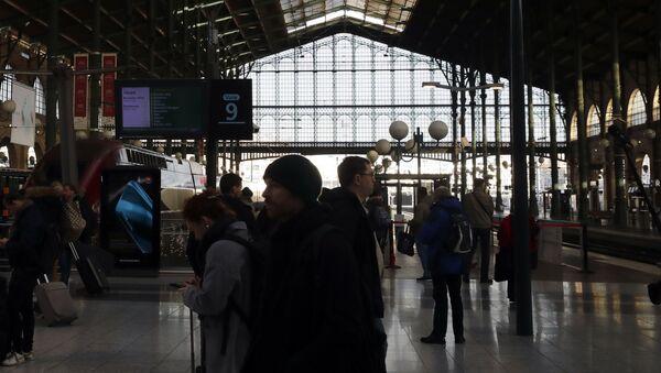 Редови за возове и данас у Паризу због штрајка - Sputnik Србија