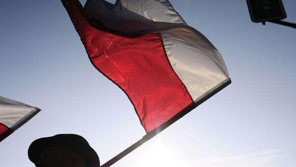 Човек носи заставу Пољске - Sputnik Србија