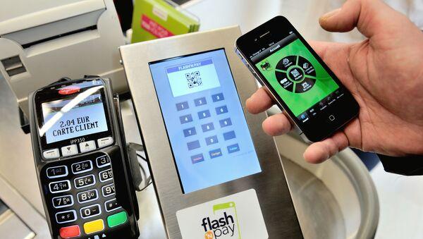 Kupac plaća robu pametnim telefonom u prodavnici na severu Francuske - Sputnik Srbija
