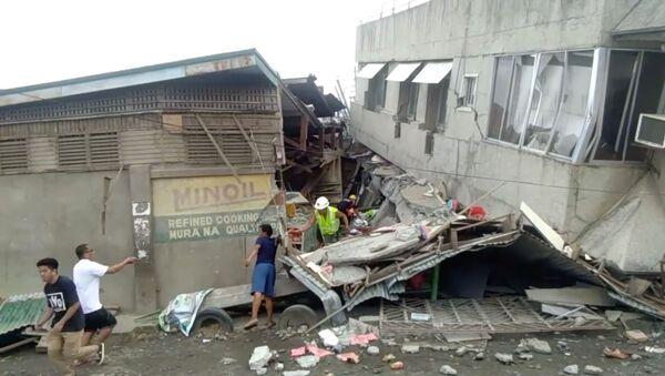Спасиоци траже жртве под рушевинама зграда након земљотреса који је погодио Филипине - Sputnik Србија