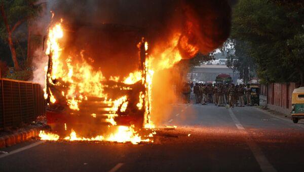 Запаљено возило на демонстрацијама у Њу Делхију - Sputnik Србија