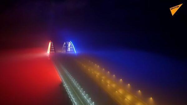 Кримски мост у бојама руске заставе - Sputnik Србија