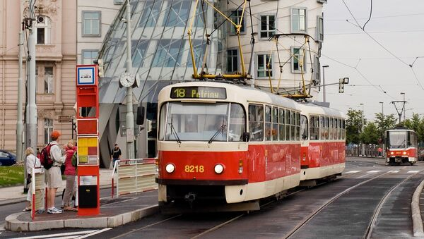 Старый трамвай на фоне Танцующего дома в Праге - Sputnik Србија