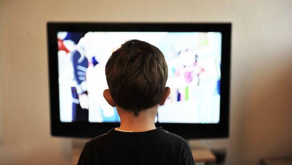 Dečak gleda televiziju - Sputnik Srbija
