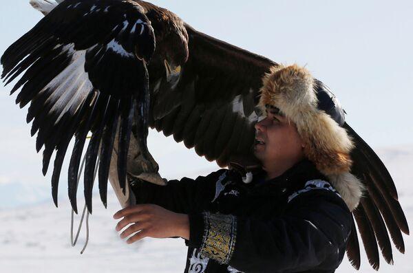 Lovac drži svog orla tokom tradicionalnog takmičenja u blizini sela Kajnar u  Almatskoj oblasti u Kazahstanu.  - Sputnik Srbija