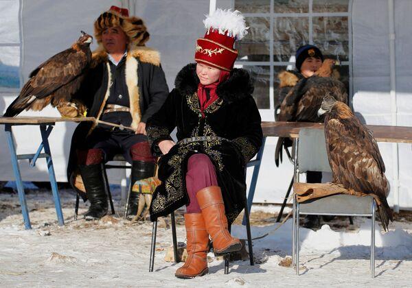 Lovci sa pripitomljenim zlatnim orlovima tokom lova u Kazahstanu - Sputnik Srbija