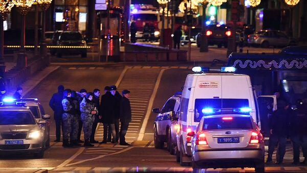 Припадници полиције у близини седишта Федералне службе безбедности Русије (ФСБ) након пуцњаве у Москви - Sputnik Србија