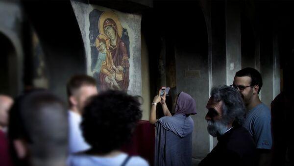 Иако је из безбедносни разлога затворена, отац Ђорђе отвара врата цркве за све ходочаснике који долазе из свих крајева, али и за туристе. - Sputnik Србија