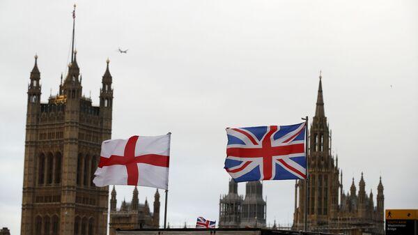 Britanska i engleska zastava ispred zgrade britanskog parlamenta u Londonu - Sputnik Srbija