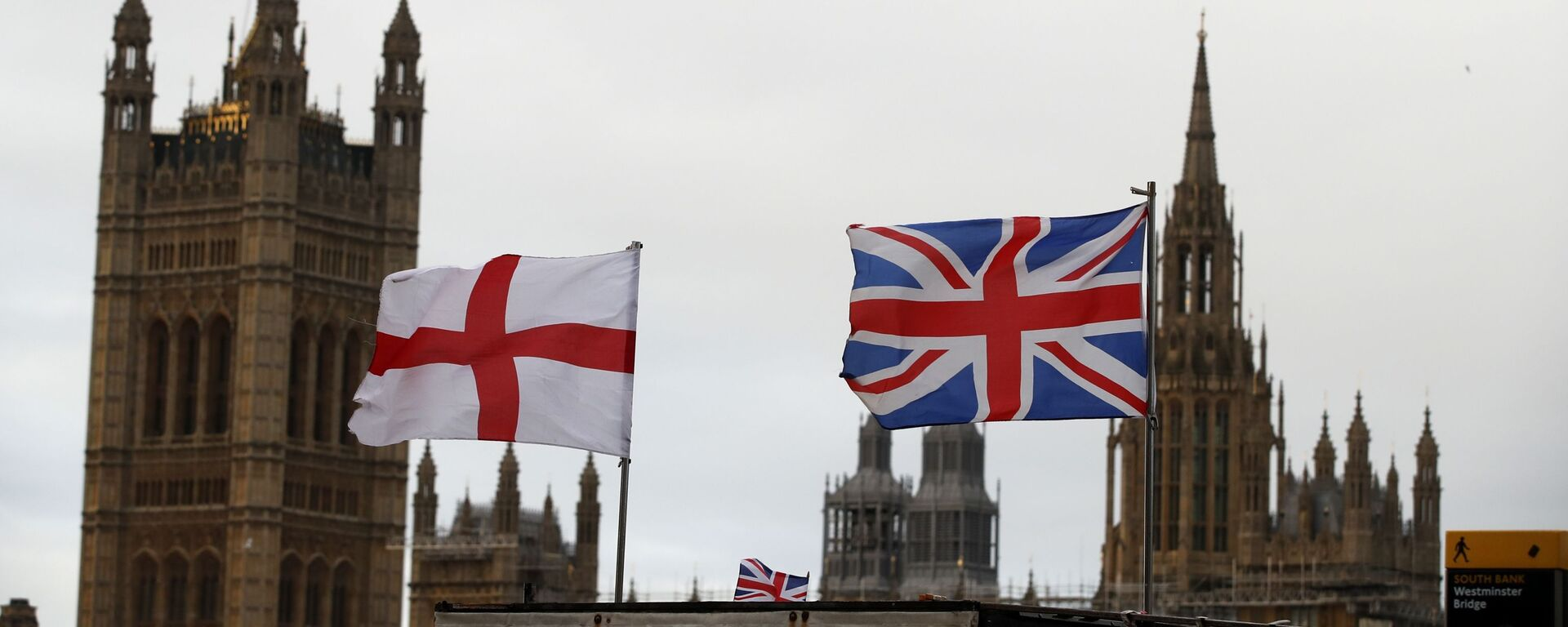 Британска и енглеска застава испред зграде британског парламента у Лондону - Sputnik Србија, 1920, 02.05.2021