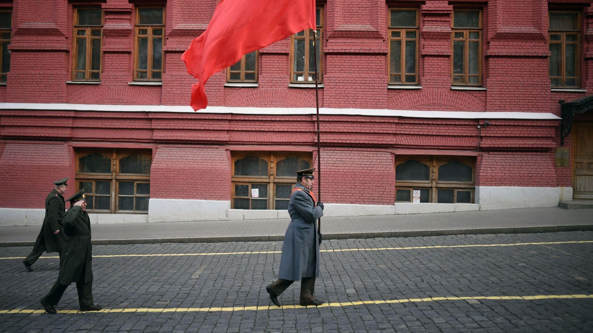 Vojnik nosi zastavu Sovjetskog Saveza - Sputnik Srbija, 1920, 28.02.2021