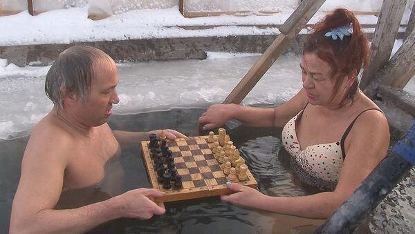Igranje šaha u ledenoj vodi  - Sputnik Srbija