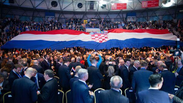 Чланови ХДЗ-а развили хрватску заставу у хали Цибона у Загребу. - Sputnik Србија