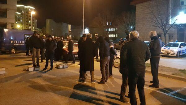Ispred tužilaštva čekaju poslanici DF i nekoliko desetina građana. - Sputnik Srbija