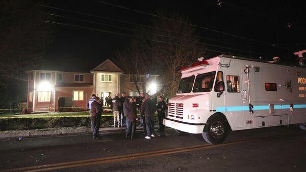 Policija ispred sinagoge u predgrađu Njujorka nakon napada u kome je mačetom povređeno nekoliko osoba - Sputnik Srbija