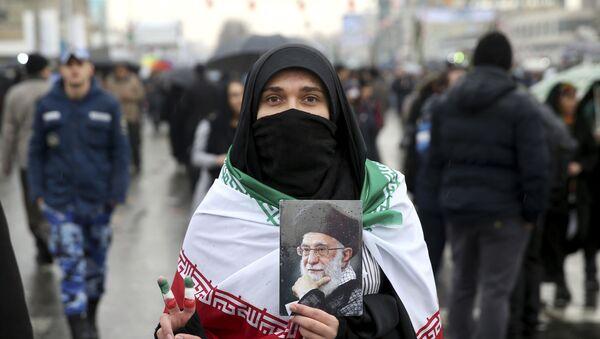 Iranskaя ženщina s portretom Vыsšego rukovoditelя stranы Ali Hamenei vo vremя meropriяtiй po slučaю prazdnovaniя 40-й godovщinы islamskoй revolюcii v Tegerane - Sputnik Srbija