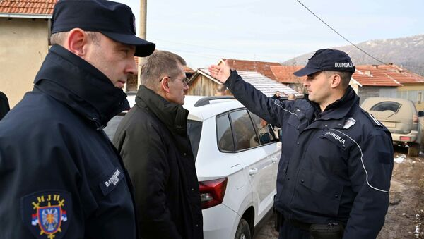 Владимир Ребић са припадницима полиције који учествују у потрази за Малчанским берберином - Sputnik Србија