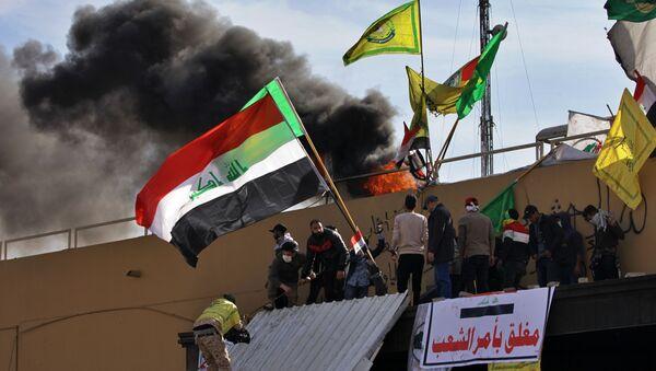 Демонстранти испред зграде америчке Амбасаде у Багдаду - Sputnik Србија