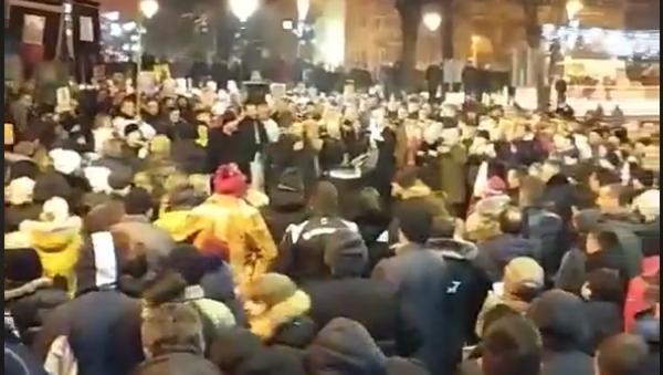Више хиљада верника и вечерас у Пљевљима /video/ - Sputnik Србија