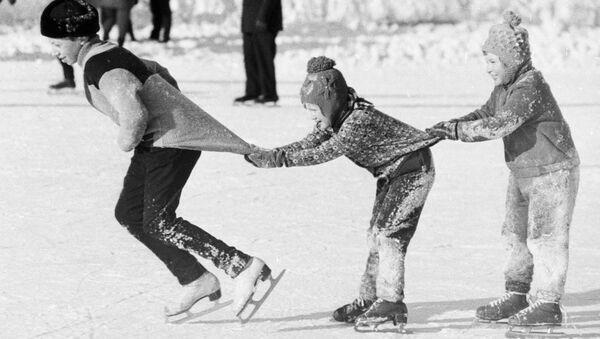 Деца клизају у возићу, 1976.  - Sputnik Србија