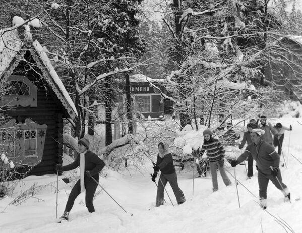 Деца скијају у зимском кампу здравља, 1979. - Sputnik Србија