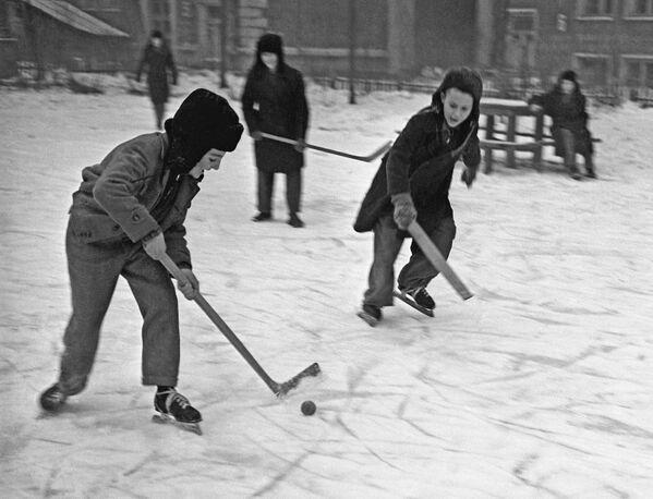 Московска деца играју хокеј у дворишту своје куће, 1959. - Sputnik Србија