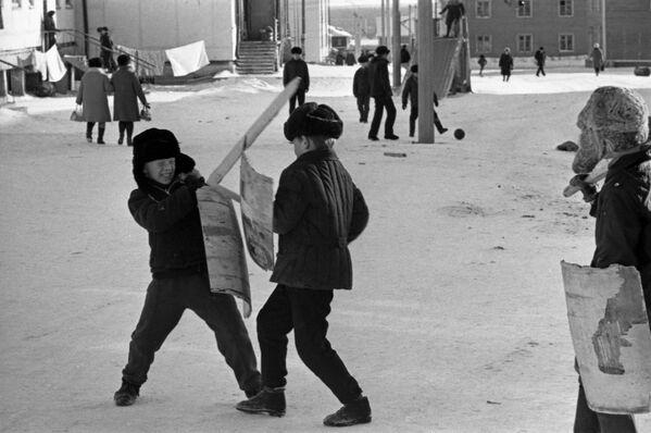 Дечаци се играју у дворишту једног од стамбених подручја града Иакутск, 1973. - Sputnik Србија