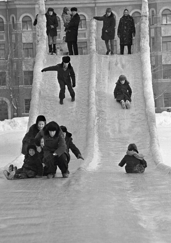 Деца се спуштају низ тобоган у граду Перму, 1973. - Sputnik Србија