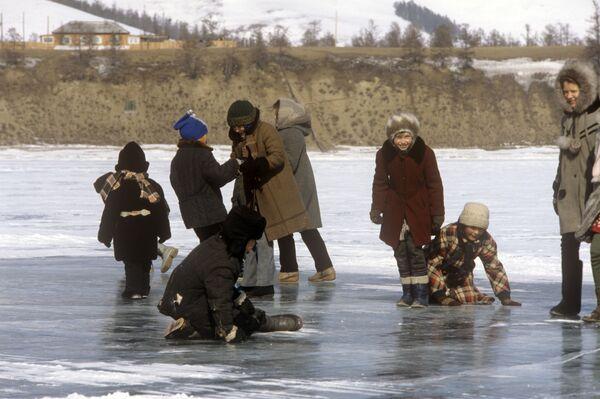 Деца села Бајкалскоје играју се на леду Бајкалског језера, 1988.  - Sputnik Србија