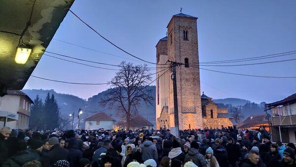 Ispred crkve sv Petra i Pavla - Sputnik Srbija