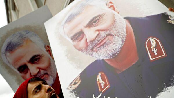 Демонстранти носе фотографије са ликом убијеног иранског генерала Касема Сулејманија испред америчког конзулата у Истанбулу - Sputnik Србија