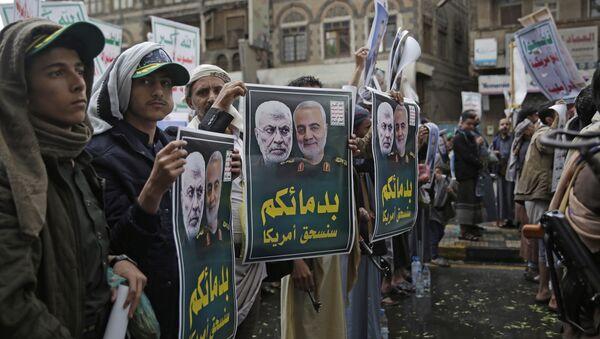 Јеменски шиити носе портрете ирачког полицијског команданта Абу Махди ел Мухандиса и иранског генерала Касема Сулејманија - Sputnik Србија