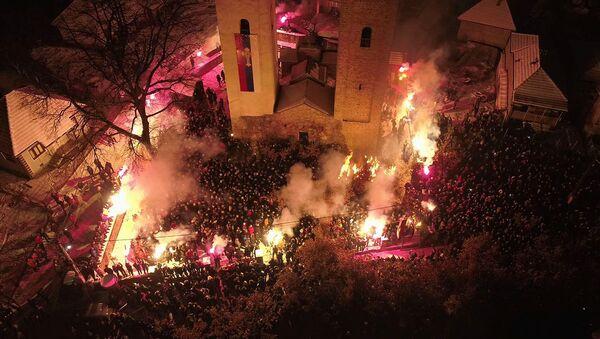 Паљење Бадњака испред цркве Светих апостола Петра и Павала - Sputnik Србија