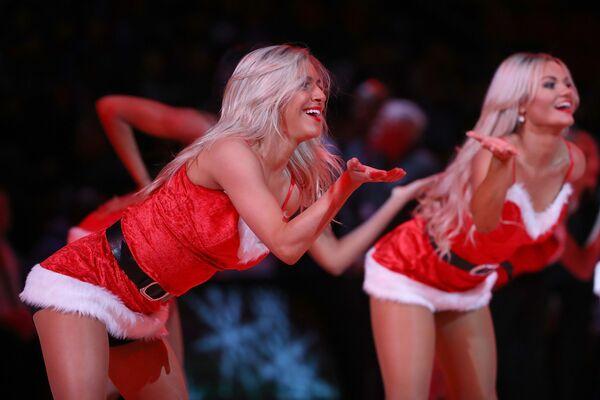 Podršku razigranih Deda Mrazica imala je u pauzi utakmice i košarkaška ekipa Detroit pistonsa - Sputnik Srbija