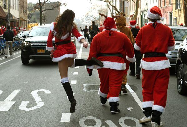 Neke zakopčane, a neke razgolićene — Deda Mrazice se zaputile na paradu u bruklinški park u Njujorku - Sputnik Srbija