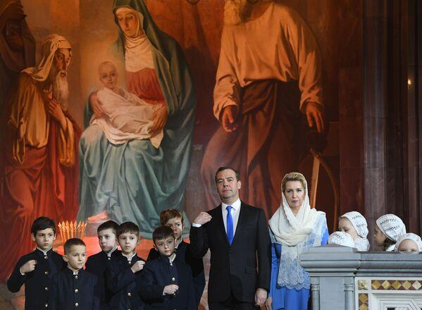 Ruski premijer Dmitrij Medvedev i njegova supruga Svetlana Medvedev tokom božićne liturgije u Hramu Hrista Spasitelja u Moskvi. - Sputnik Srbija