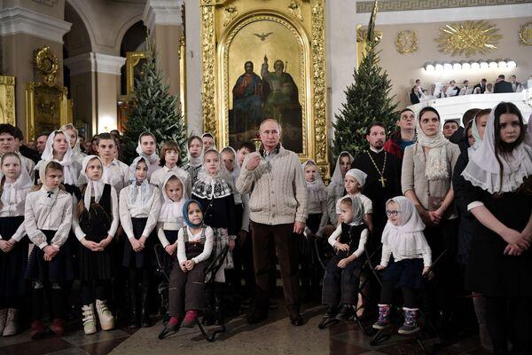 Predsednik Rusije Vladimir Putin tokom božićne liturgije u Preobraženjskom hramu u Sankt Peterburgu. - Sputnik Srbija