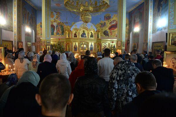 Božićno bogolsluženje u crkvi Svetog Arhangela Mihajla u Čečeniji u Groznom. - Sputnik Srbija