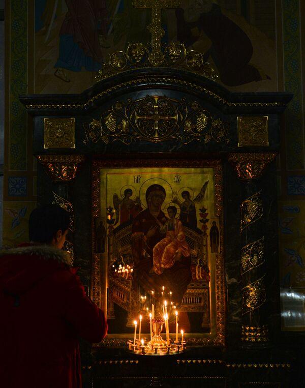 Žena se moli u crkvi na pravoslavni Božić u Jekaterinburgu. - Sputnik Srbija