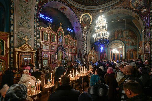 Vernici tokom božićne liturgije u Hramu Petra i Pavla u Simferopolju. - Sputnik Srbija