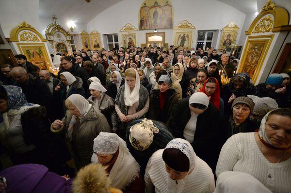 Vernici tokom božićne liturgiji u Crkvi uspenja Majke Božje u Vladivostoku. - Sputnik Srbija