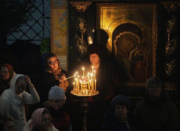 Vernici tokom božićne liturgije u crkvi u Jekaterinburgu. - Sputnik Srbija
