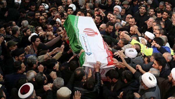 Иранци носе ковчег са телом генерала Касима Сулејманија на церемонији опраштања од убијеног генерала у Техерану - Sputnik Србија