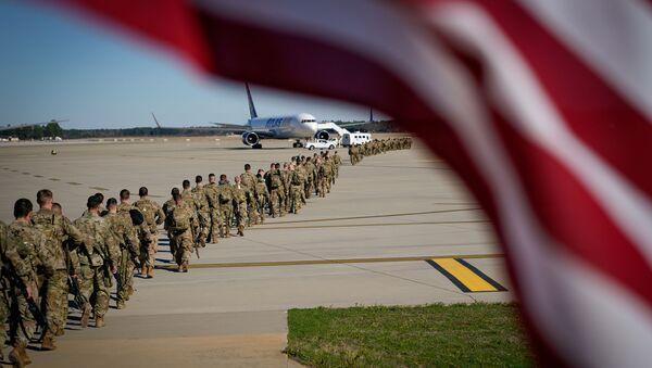 Амерички војници укрцавају се у авион - Sputnik Србија