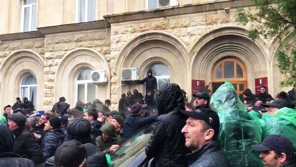 Demonstranti ispred zgrade administracije predsednika Abhazije - Sputnik Srbija