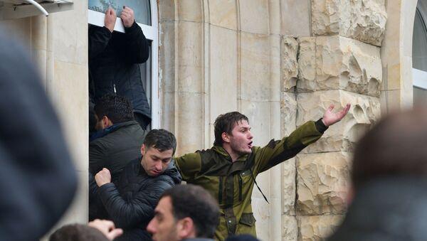 Демонстранти улазе у зграду администрације председника у Абхазији  - Sputnik Србија