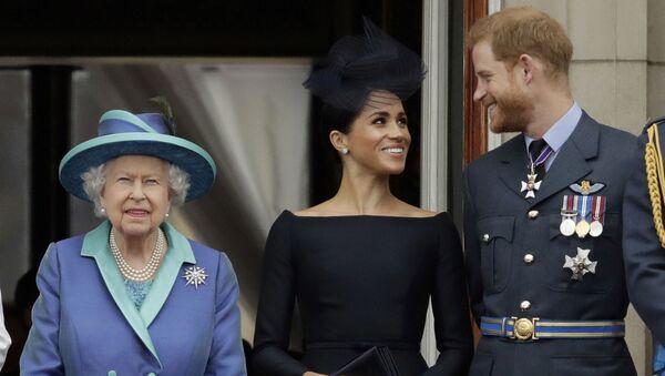 Britanska kraljica Elizabeta Druga, princ Hari i vojvotkinja od Saseksa Megan u Bakingemskoj palati u Londonu - Sputnik Srbija